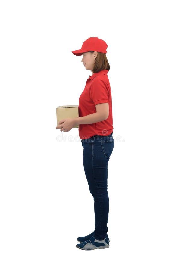 Γυναίκα με χαμογελαστή στολή με κόκκινη στολή που δίνει κουτιά δεμάτων, απομονωμένη σε λευκό φόντο στοκ εικόνες