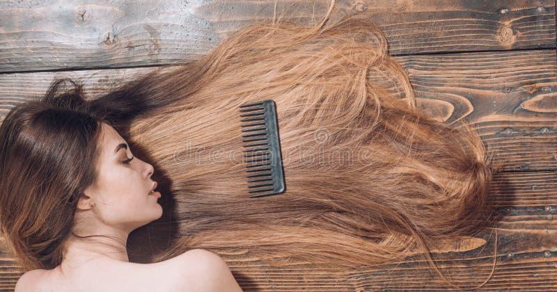 Γυναίκα με όμορφο μακρυμάλλη στο ξύλινο υπόβαθρο Μακρυμάλλης Όμορφη χρωματίζοντας γυναίκα τρίχας Κούρεμα μόδας στοκ φωτογραφίες