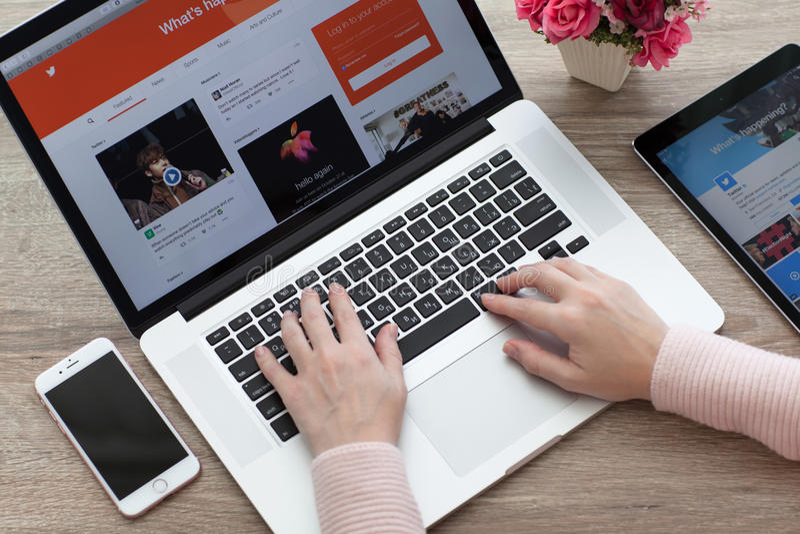 Γυναίκα με MacBook, iPhone και iPad υπέρ με το πειραχτήρι υπηρεσιών στοκ φωτογραφία με δικαίωμα ελεύθερης χρήσης