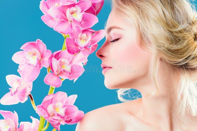 Γυναίκα με orchid στοκ φωτογραφία με δικαίωμα ελεύθερης χρήσης