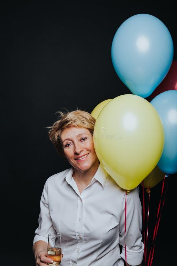 Γυναίκα με wineglass και το χαμόγελο μπαλονιών στοκ εικόνα