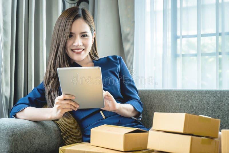 Γυναίκα μικρών επιχειρήσεων που προετοιμάζεται να στείλει το προϊόν της στα κιβώτια στοκ φωτογραφία με δικαίωμα ελεύθερης χρήσης