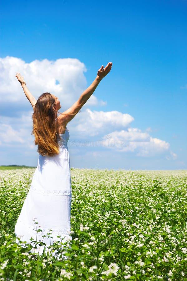 γυναίκα μπλε ουρανού στοκ εικόνες με δικαίωμα ελεύθερης χρήσης