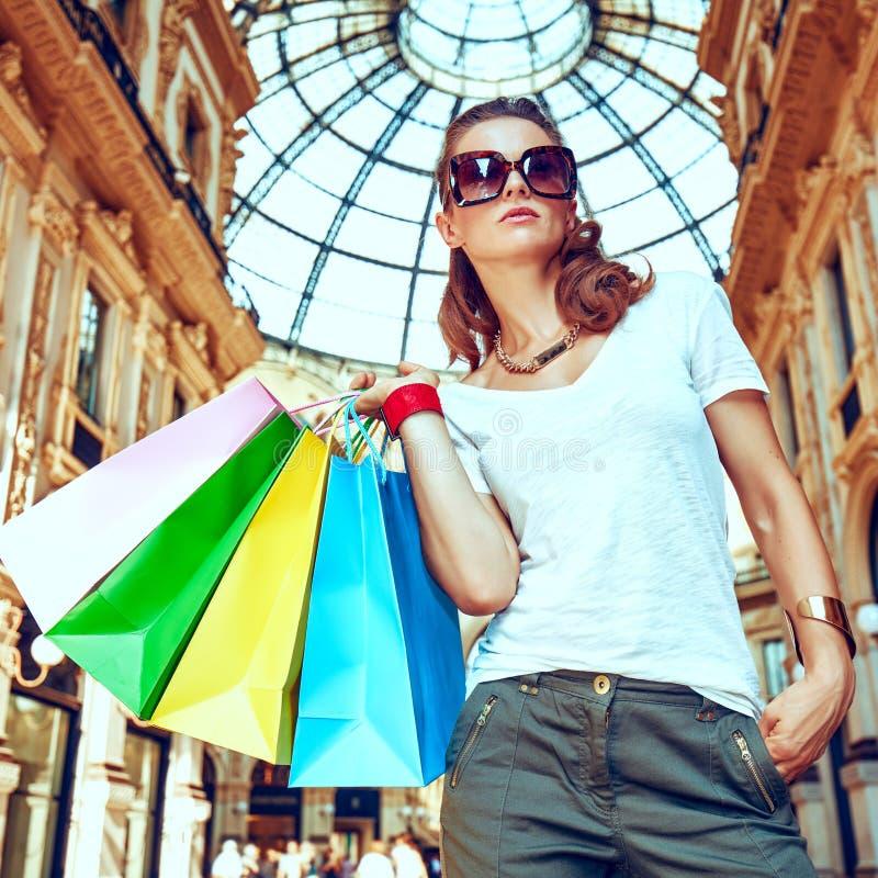 Γυναίκα μόδας με τις τσάντες αγορών σε Galleria Vittorio Emanuele στοκ εικόνα
