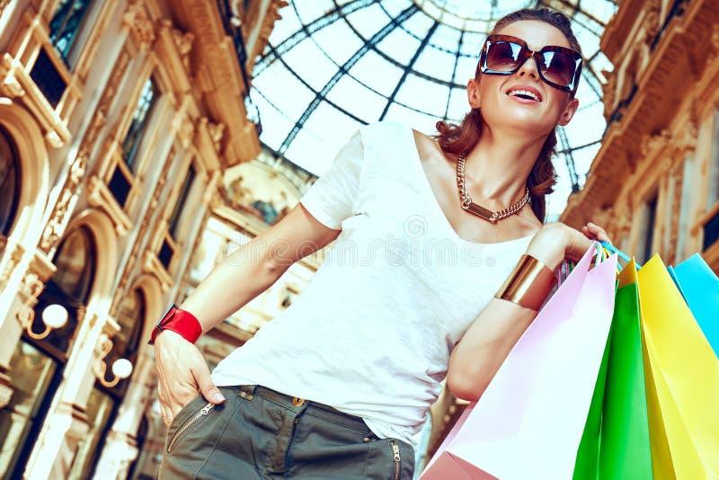 Γυναίκα μόδας με τις τσάντες αγορών σε Galleria Vittorio Emanuele στοκ φωτογραφίες
