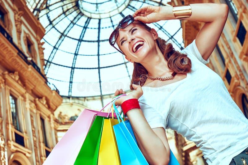 Γυναίκα μόδας με τις τσάντες αγορών σε Galleria Vittorio Emanuele στοκ φωτογραφία με δικαίωμα ελεύθερης χρήσης
