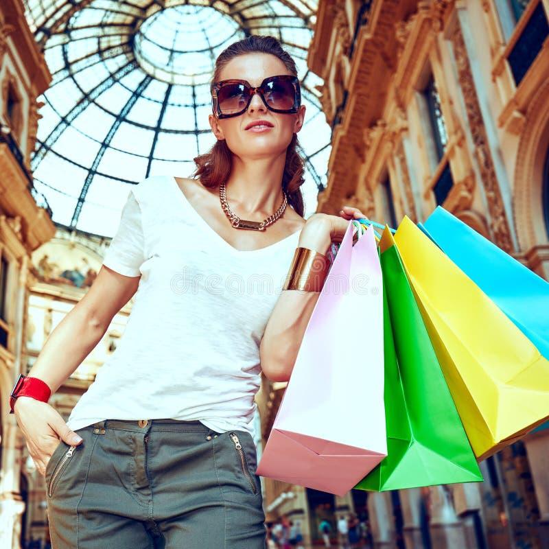 Γυναίκα μόδας με τις τσάντες αγορών σε Galleria Vittorio Emanuele στοκ φωτογραφία