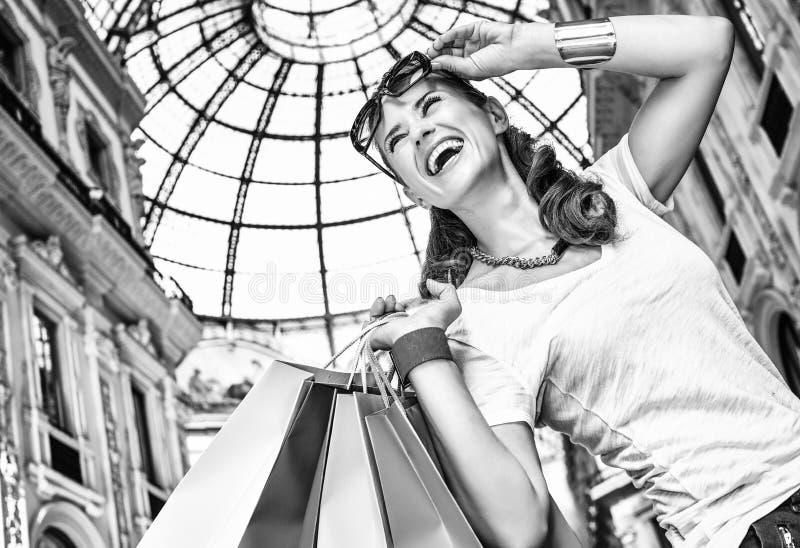 Γυναίκα μόδας με τις τσάντες αγορών σε Galleria Vittorio Emanuele στοκ εικόνα με δικαίωμα ελεύθερης χρήσης