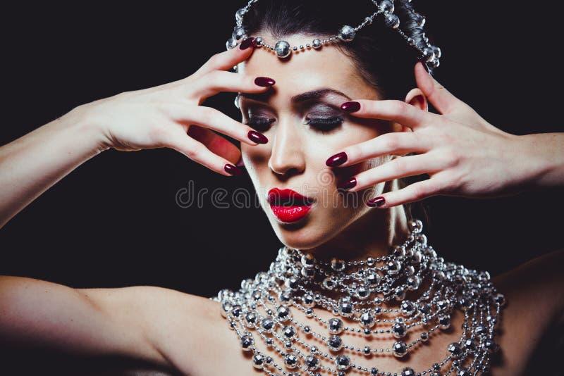 Γυναίκα μόδας με το τέλειο δέρμα που φορά το δραματικό makeup στοκ εικόνα
