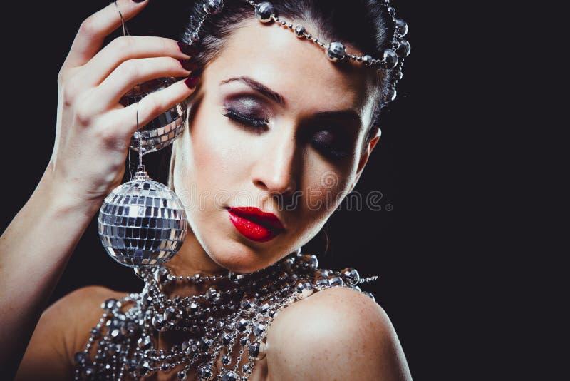 Γυναίκα μόδας με το τέλειο δέρμα που φορά το δραματικό makeup στοκ φωτογραφίες με δικαίωμα ελεύθερης χρήσης
