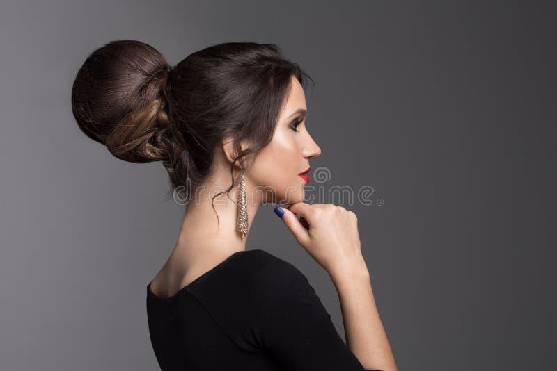 Γυναίκα μόδας σε ένα σκοτεινό υπόβαθρο στοκ φωτογραφία με δικαίωμα ελεύθερης χρήσης