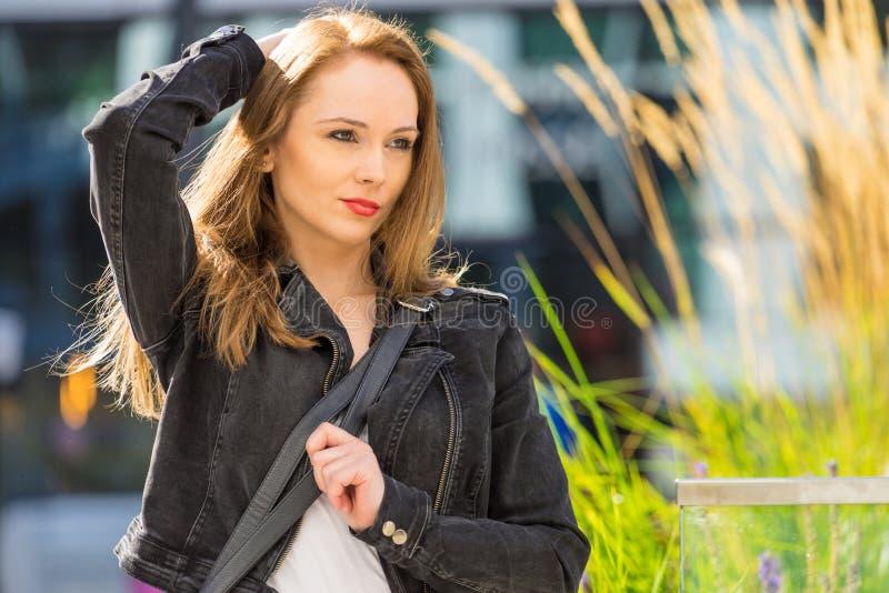 Γυναίκα μόδας στην πόλη που φορά romenes το σακάκι στοκ φωτογραφίες