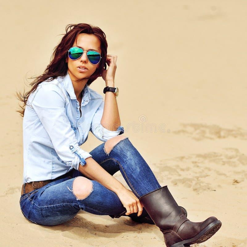 Γυναίκα μόδας στο υπαίθριο θερινό πορτρέτο γυαλιών ηλίου στοκ εικόνα