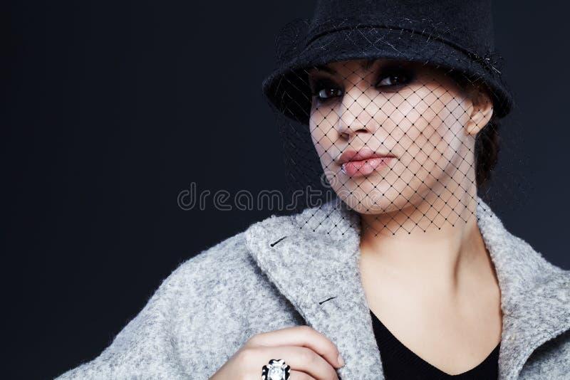 Download Γυναίκα μόδας στοκ εικόνες. εικόνα από μαύρα, μόδα, smokey - 22789596