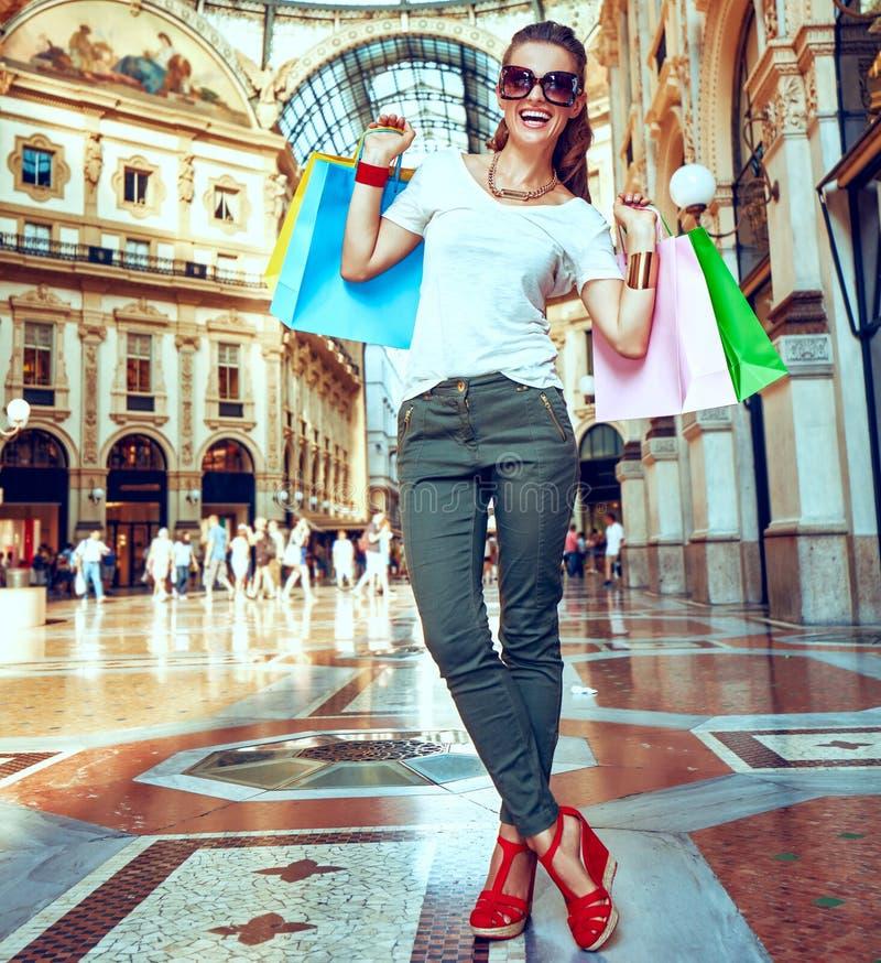Γυναίκα μόδας eyeglasses με τις τσάντες αγορών σε Galleria στοκ εικόνα με δικαίωμα ελεύθερης χρήσης