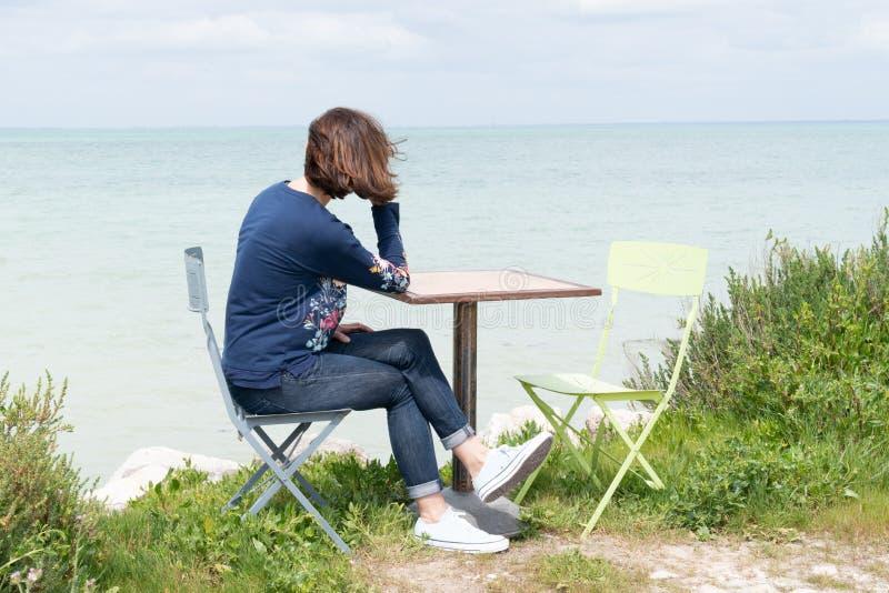 Γυναίκα μόνο στον πίνακα στην ακτή παραλιών Island Ile de Re στη Γαλλία στοκ φωτογραφία με δικαίωμα ελεύθερης χρήσης