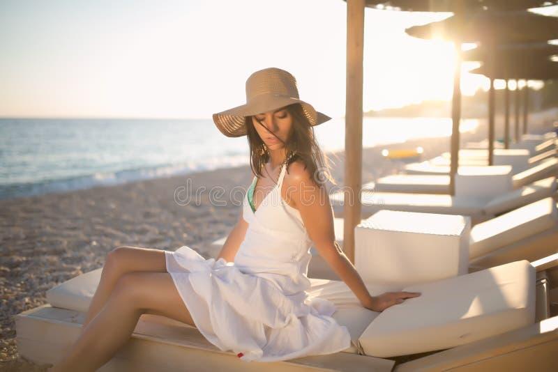 Γυναίκα μόδας θερινών παραλιών που απολαμβάνει το καλοκαίρι και τον ήλιο Έννοια του θερινού συναισθήματος, ευτυχία στοκ εικόνες
