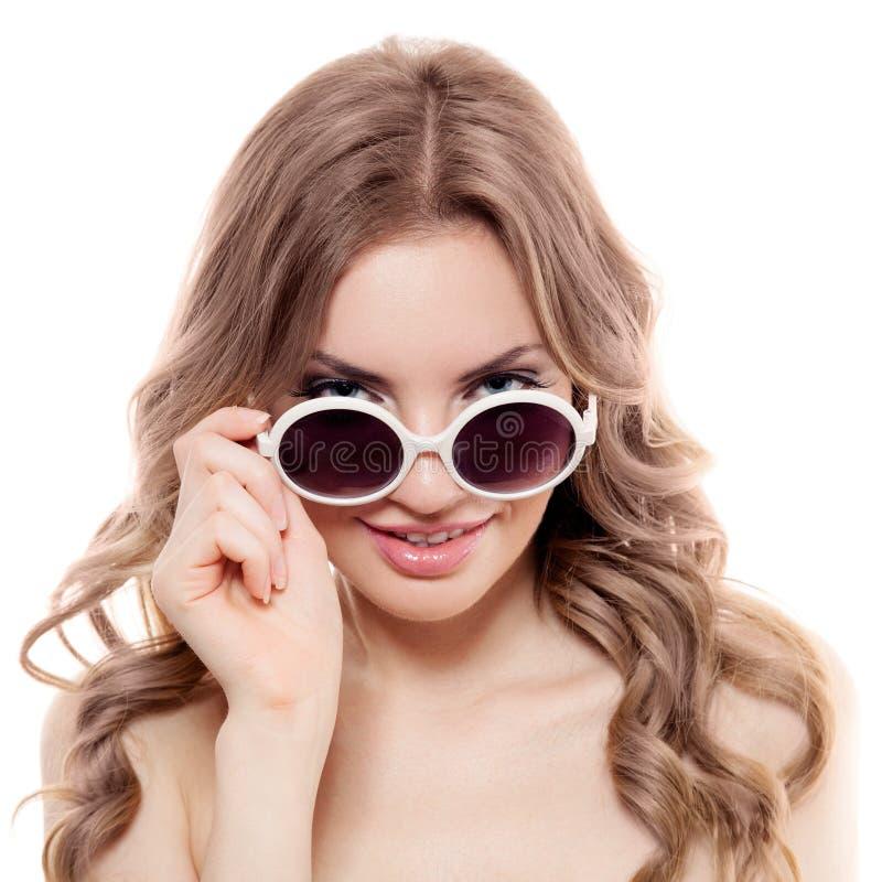 Γυναίκα μόδας με τα γυαλιά ηλίου. Απομονωμένος στοκ φωτογραφία