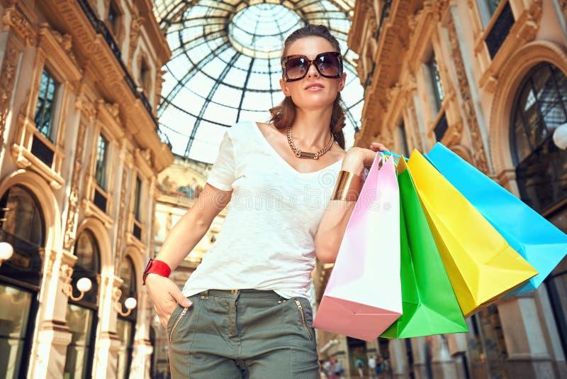 Γυναίκα μόδας με τις τσάντες αγορών σε Galleria Vittorio Emanuele στοκ εικόνες