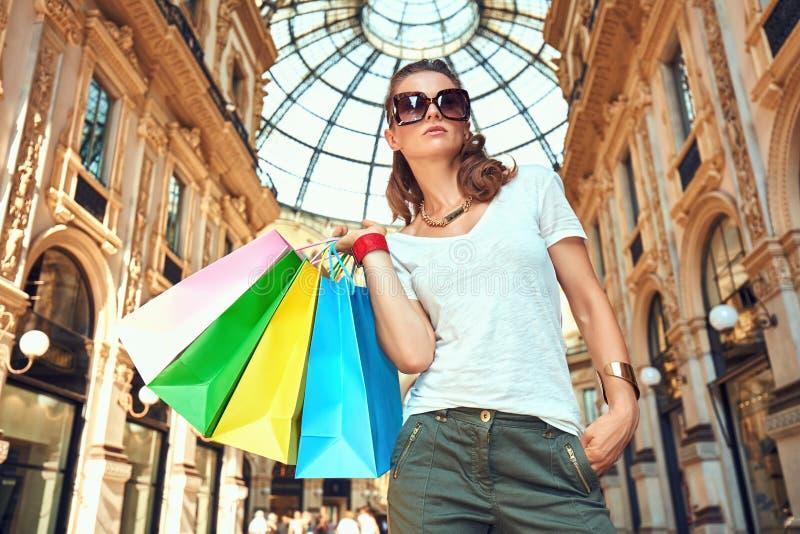 Γυναίκα μόδας με τις τσάντες αγορών σε Galleria Vittorio Emanuele στοκ φωτογραφίες με δικαίωμα ελεύθερης χρήσης