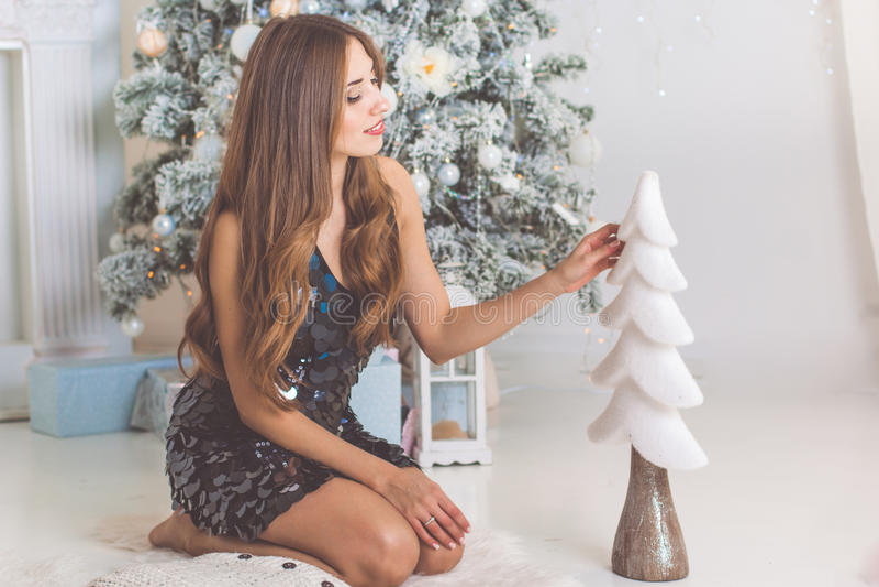 Γυναίκα μόδας με το διακοσμητικό χριστουγεννιάτικο δέντρο στοκ φωτογραφία με δικαίωμα ελεύθερης χρήσης