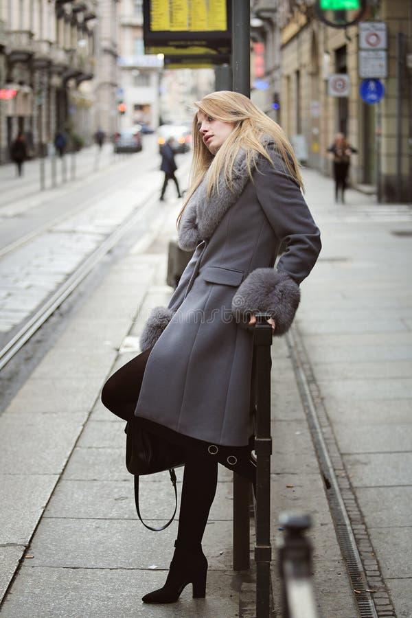 Γυναίκα μόδας που περιμένει ένα ταξί στοκ εικόνα