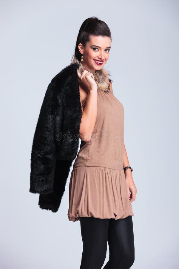 Γυναίκα μόδας που χαμογελά στη κάμερα στοκ εικόνα