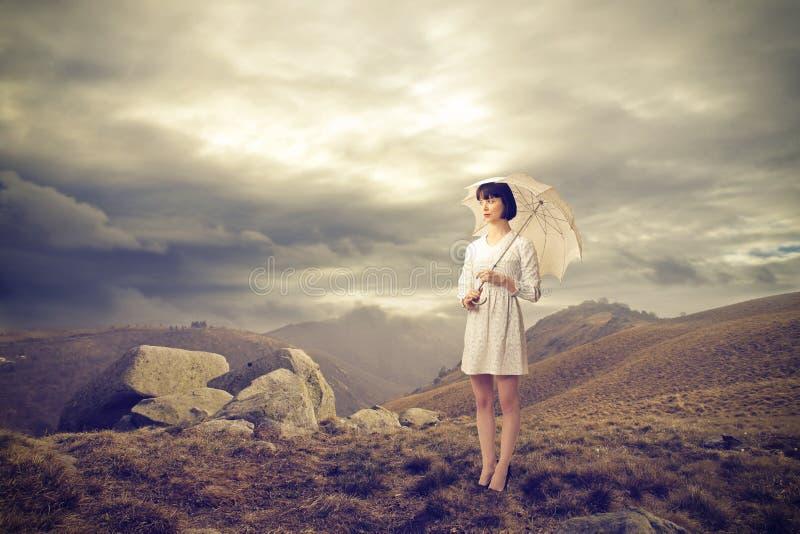 Γυναίκα μόδας σε έναν λόφο στοκ εικόνες