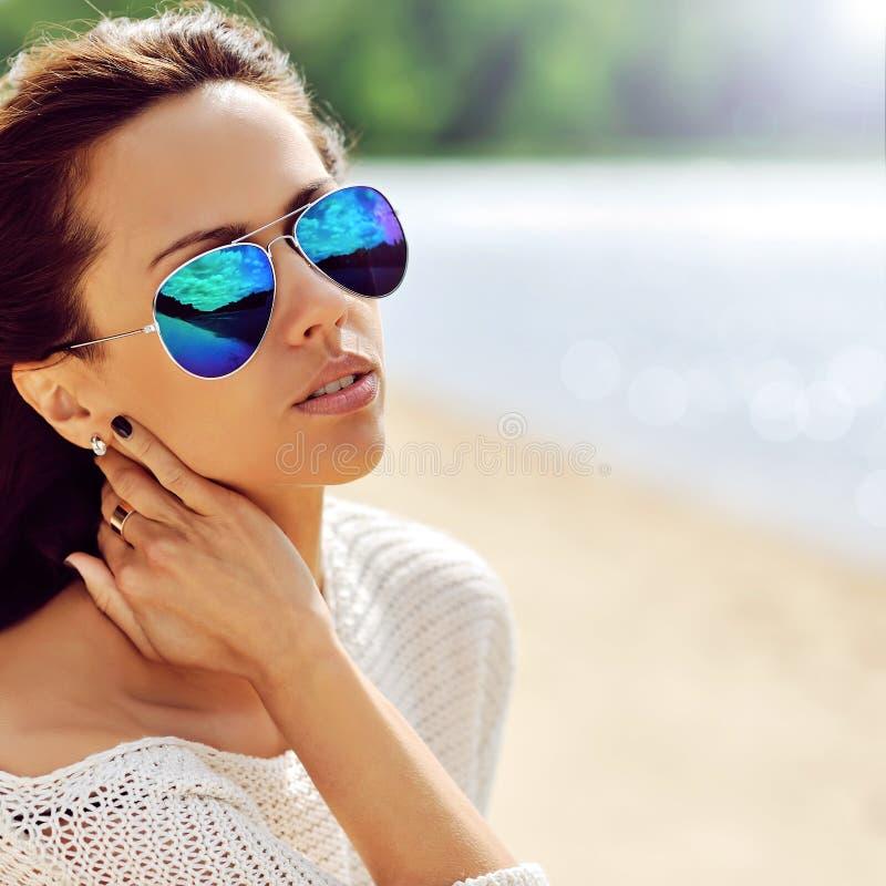 Γυναίκα μόδας στα γυαλιά ηλίου - κλείστε επάνω στοκ εικόνες με δικαίωμα ελεύθερης χρήσης