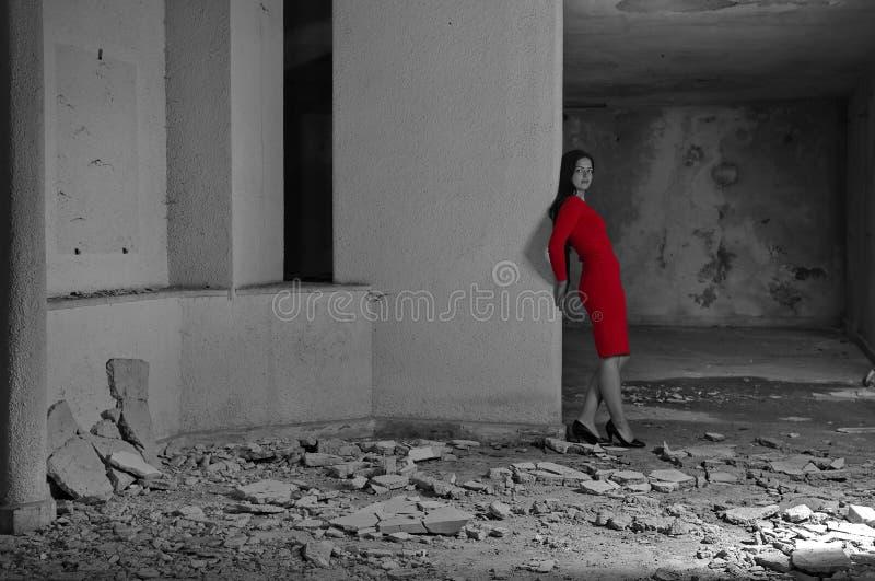 Γυναίκα μόδας στο κόκκινο στοκ εικόνες με δικαίωμα ελεύθερης χρήσης