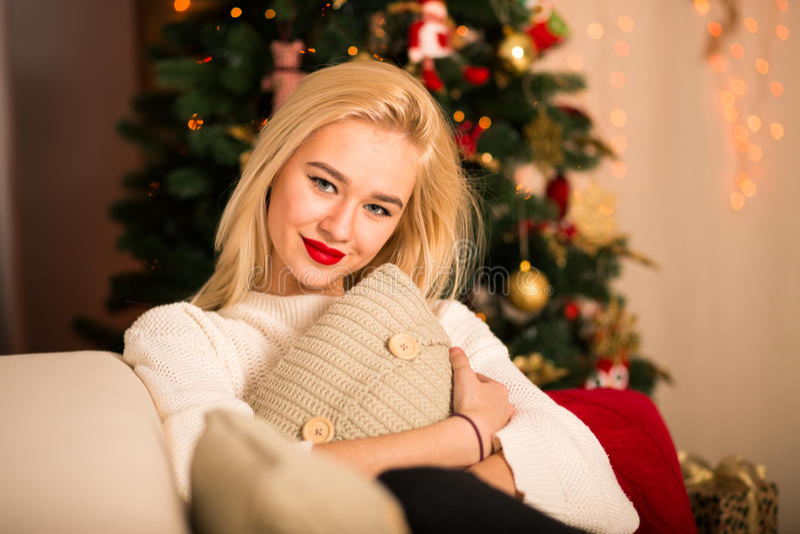 γυναίκα μόδας Σύγχρονη γυναίκα Χριστουγέννων συγκινήσεις στοκ φωτογραφίες