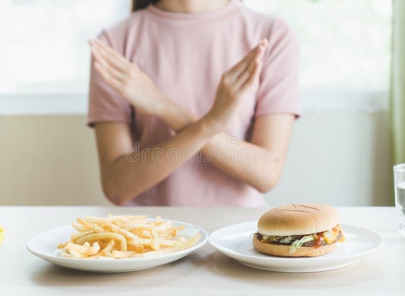 Γυναίκα να κάνει δίαιτα για την έννοια καλών υγειών στοκ εικόνες