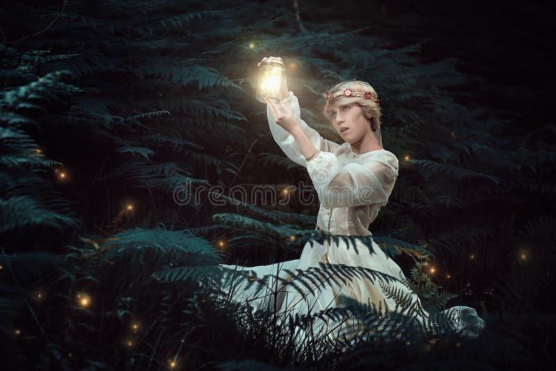 Γυναίκα νεράιδων που κυνηγά fireflies στοκ φωτογραφία