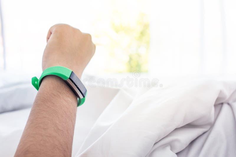 Γυναίκα ξυπνήστε με την έξυπνη συσκευή ρολογιών Υγιής τρόπος ζωής στοκ φωτογραφία