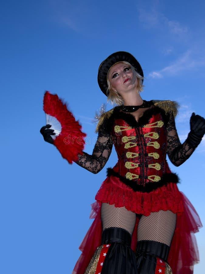 Γυναίκα ξυλοποδάρων που χορεύει στο φεστιβάλ λιμένων της Νίκαιας στις 14 Σεπτεμβρίου 2013 στοκ εικόνα