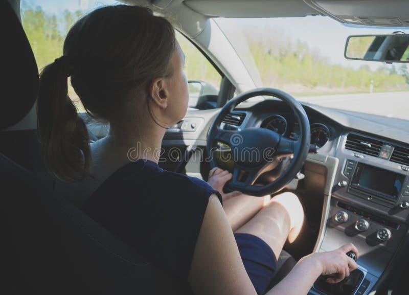 γυναίκα οδήγησης αυτοκινήτων στοκ εικόνα με δικαίωμα ελεύθερης χρήσης