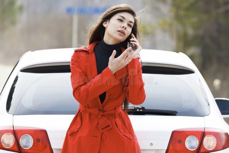 γυναίκα οδηγιών κλήσεων στοκ εικόνα