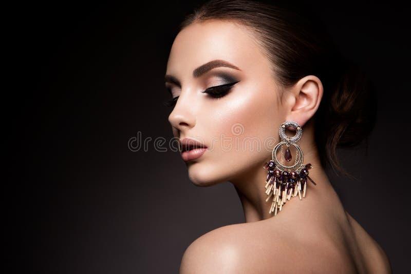 Γυναίκα ομορφιάς με τα μπλε μάτια και τα ρόδινα χείλια στοκ φωτογραφία με δικαίωμα ελεύθερης χρήσης