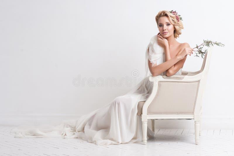 Γυναίκα ομορφιάς με το γάμο hairstyle και makeup Μόδα νυφών φωτογραφία κοσμήματος μόδας ομορφιάς τέχνης Γυναίκα στο άσπρο φόρεμα, στοκ εικόνα με δικαίωμα ελεύθερης χρήσης