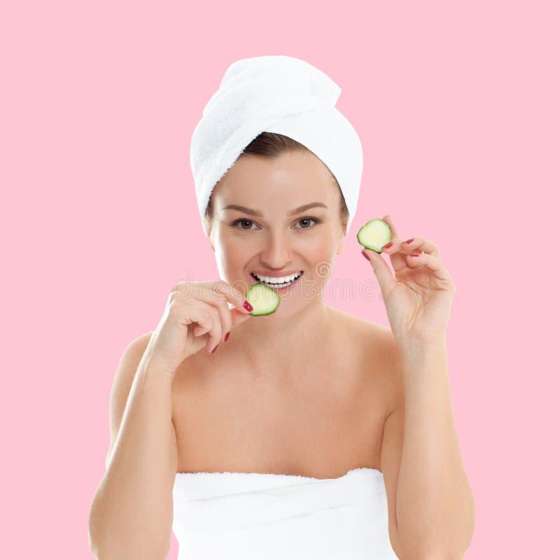 Γυναίκα ομορφιάς με το καθαρό φρέσκο δέρμα στο ρόδινο υπόβαθρο κρητιδογραφιών στοκ εικόνες