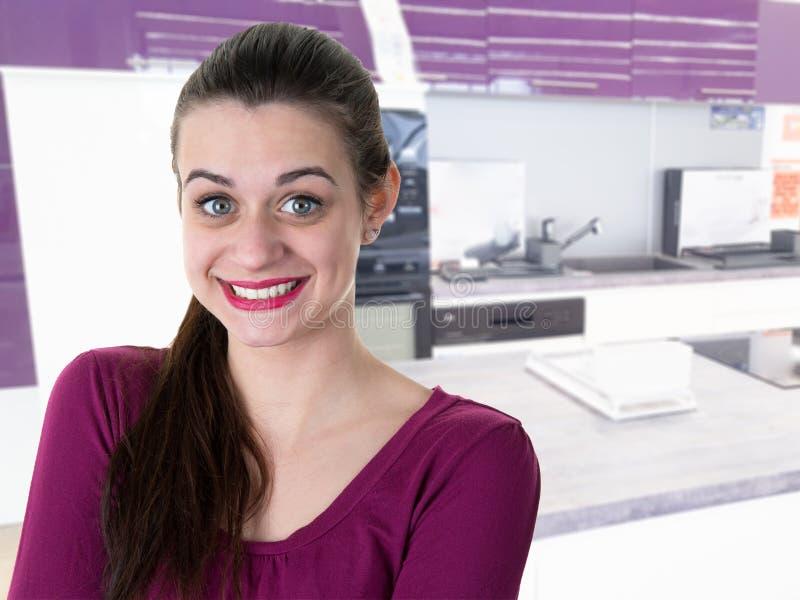 Γυναίκα ομορφιάς με το χαμόγελο διασκέδασης που θέτει στο σπίτι στοκ εικόνες