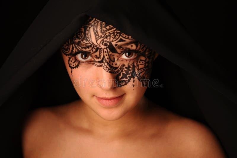 Γυναίκα ομορφιάς με το tracery στο πρόσωπο στοκ εικόνες