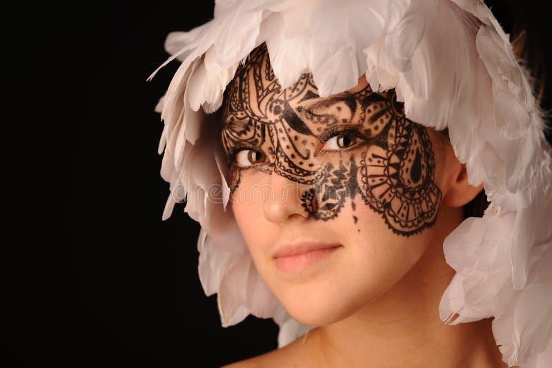 Γυναίκα ομορφιάς με το tracery στο πρόσωπο στοκ φωτογραφία