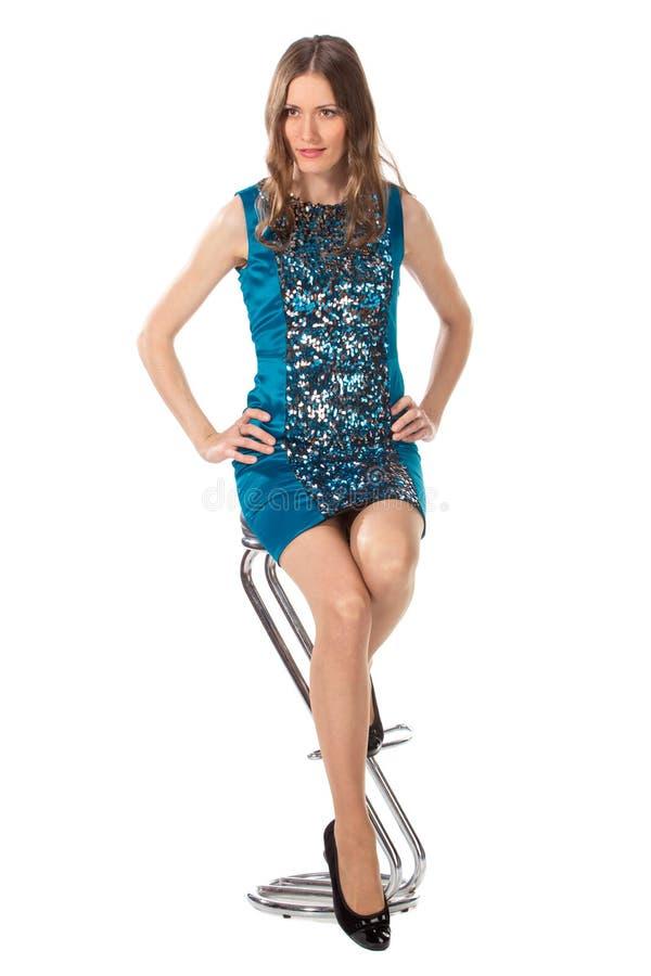 Download Γυναίκα ομορφιάς σε μια καρέκλα φραγμών σε ένα μπλε φόρεμα Στοκ Εικόνα - εικόνα από θηλυκό, ένας: 62713875
