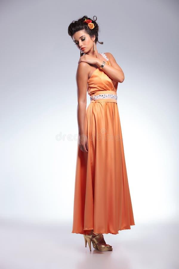 Γυναίκα ομορφιάς σχετικά με τον ώμο της στοκ φωτογραφίες με δικαίωμα ελεύθερης χρήσης