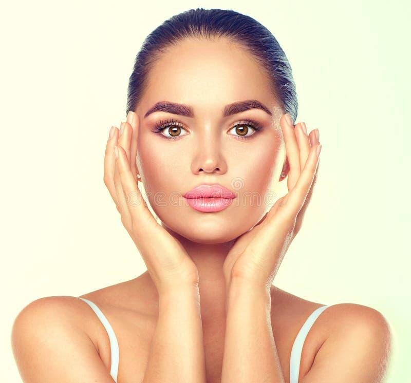 Γυναίκα ομορφιάς brunette spa με το τέλειο makeup σχετικά με το πρόσωπό της στοκ φωτογραφίες