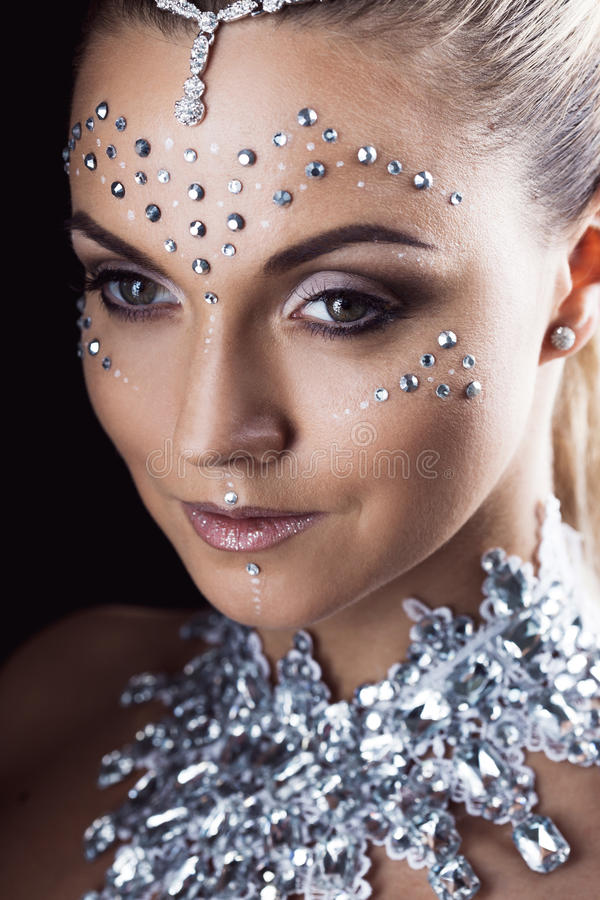 Γυναίκα ομορφιάς makeup με τα κρύσταλλα στο πρόσωπο, μαύρο υπόβαθρο στοκ φωτογραφίες με δικαίωμα ελεύθερης χρήσης