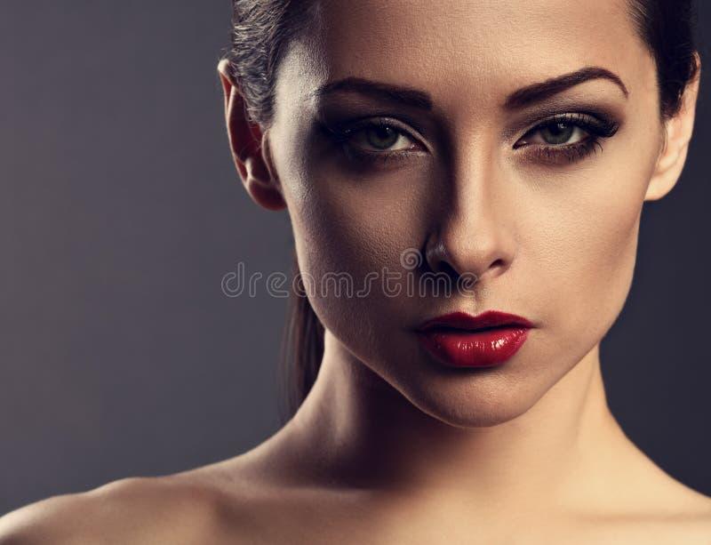 Γυναίκα ομορφιάς makeup με το τέλειο δέρμα, κόκκινο προκλητικό κραγιόν, smokey στοκ φωτογραφίες με δικαίωμα ελεύθερης χρήσης