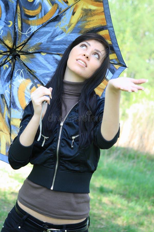 γυναίκα ομπρελών εκμετά&lambda στοκ εικόνα με δικαίωμα ελεύθερης χρήσης
