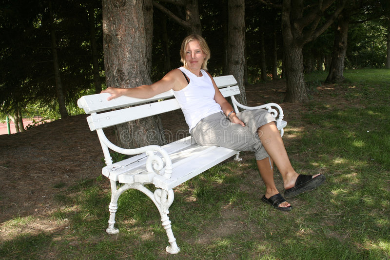 γυναίκα πάρκων πάγκων στοκ φωτογραφία